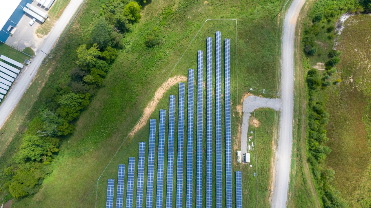 /static/img/zdjecia/aerial-view-of-solar-panels-array-on-green-grass-2800845.jpg